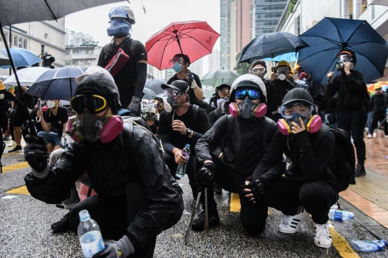 Hong Kong: le manifestant blessé par balle poursuivi pour agression d'un policier