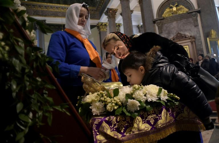Des croyants russes embrassent les icônes malgré le coronavirus