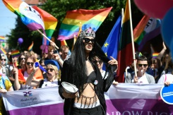 Parades d'égalité à Varsovie et Riga contre la discrimination des personnes LGBT
